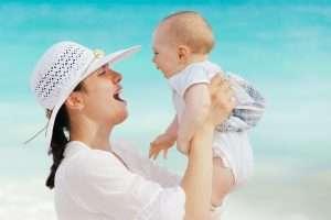 madre con bebé para la página de posparto cuidados de la madre