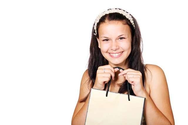 Mujer con bolsa de compras, rebajas
