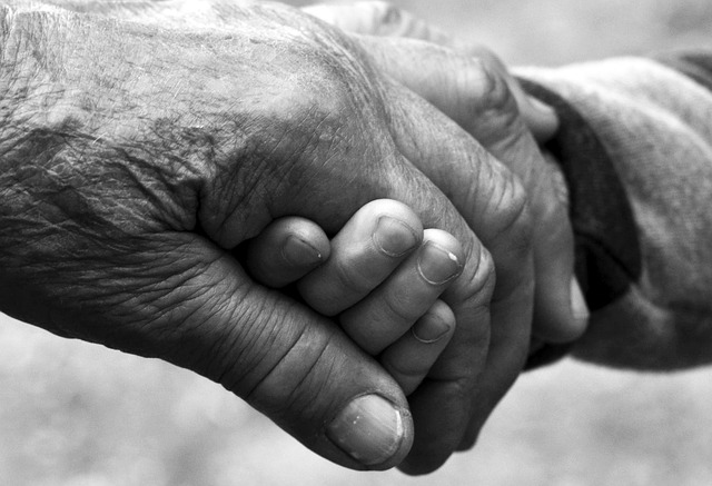 dos manos entrelazadas abuelos mayores solidaridad
