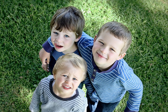 tres niños hermanos son familia numerosas