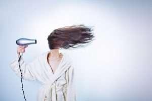 foto de una mujer con un secador para la sección tendencias belleza