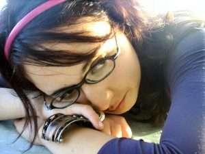 imagen de mujer pensativa para hablar de la tristeza temporal en el posparto