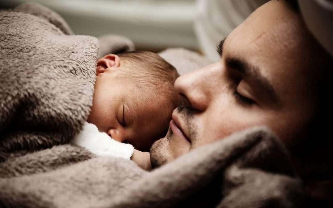 padre durmiendo con su bebé colecho