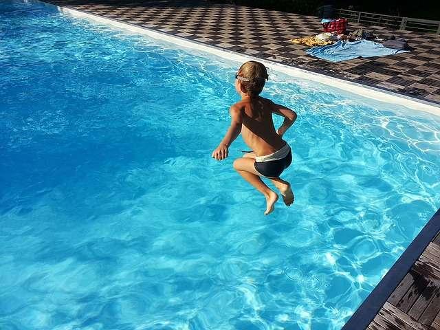 Consejos para prevenir accidentes en la piscina y el mar