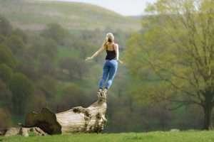 mujer en el campo en estado de relajación es la imagen de la página de mujer salud de mujerymadrehoy