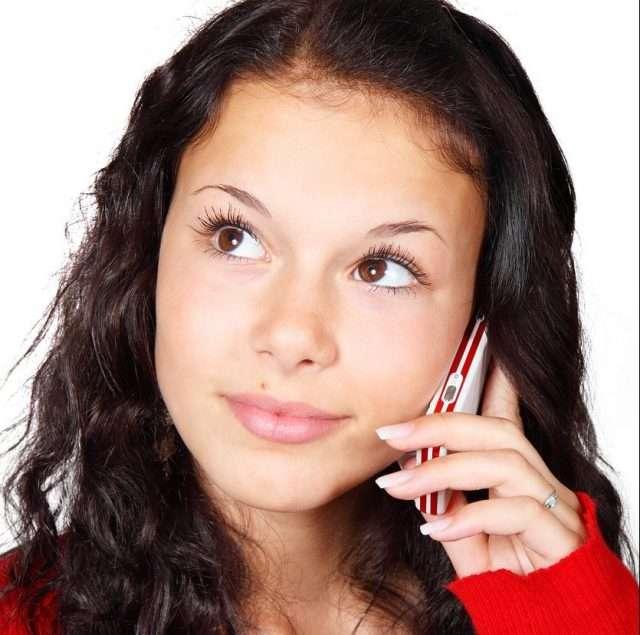 mujer hablando por el móvil redes sociales
