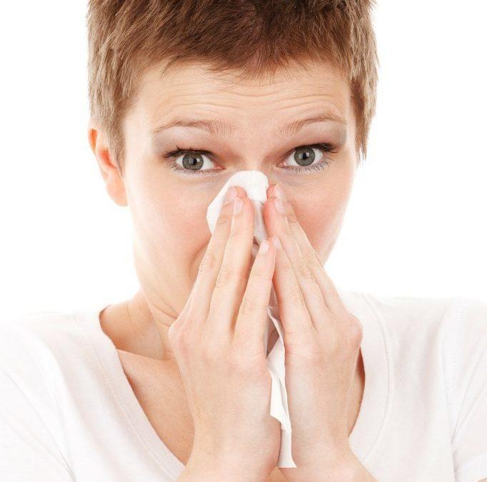 mujer sonándose la nariz alergias catarros