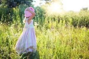 niña de espaldas en el campo para ilustrar la página de entradas de psicología y educación
