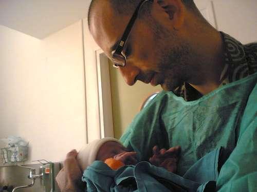 padre con recién nacido para hablar de cesarea acompañada