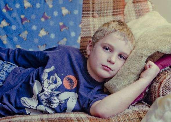 niño tumbado niño enfermo niño malo niño cansado