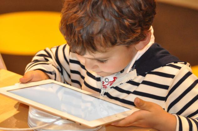 niño con tablet