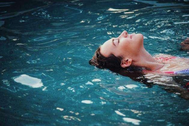 ejercicio en agua piscina mar nadar