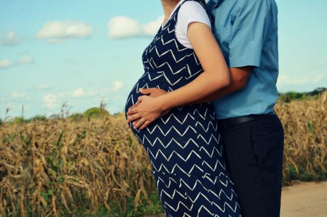 pareja el abraza la tripa de embarazada