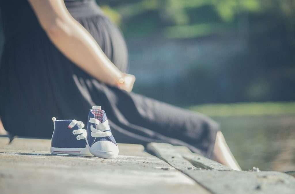 mujer embarazada zapatitos bebé