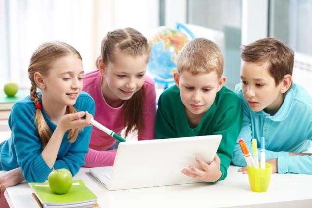adolescentes con ordenador tablet pantallas