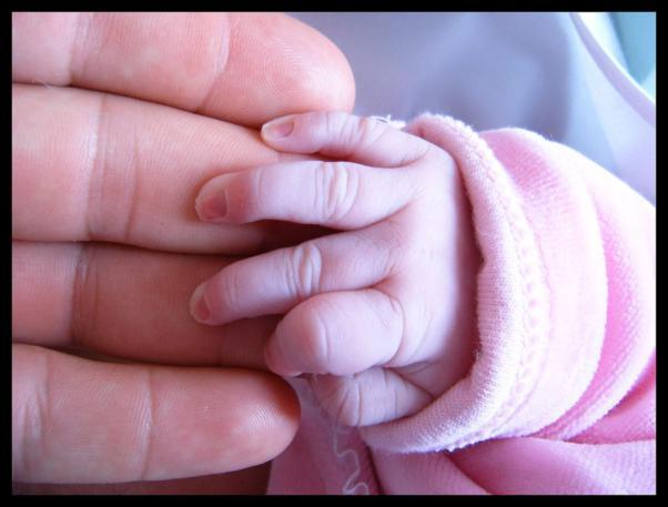 mano de padre y bebé cariño amor