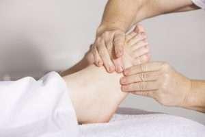 imagen masajeando un pie para hablar de cuidados pie en invierno frente al frio