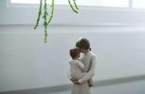 estatua con madre y bebé abrazados para hablar de pecho o biberón tú decides