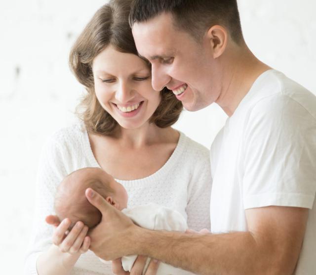 padres con bebé para hablar de inscribir recien nacido