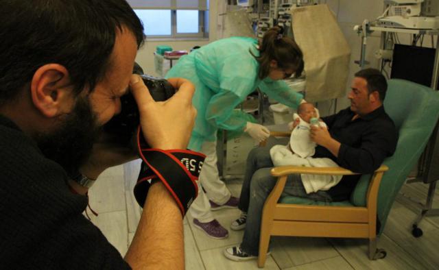 Abraza a tu pequeño: fotos gratis para las familias con bebés ingresados en las UCI de Cataluña