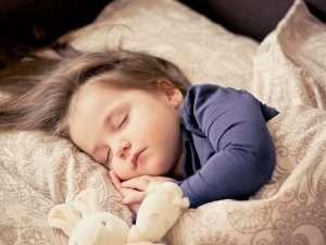 niño durmiendo para hablar del el cambio de hora en los niños