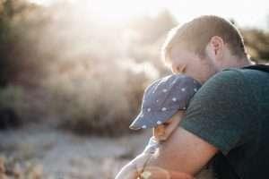 papá con su bebé