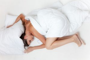 mujer echa una rosca en la cama para hablar de combatir el imsomnio