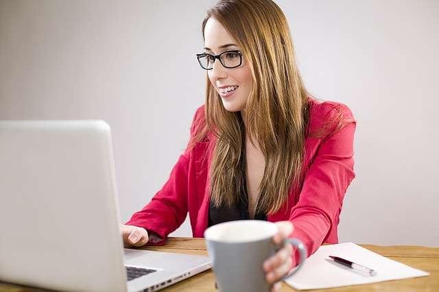 mujer con ordenador y taza
