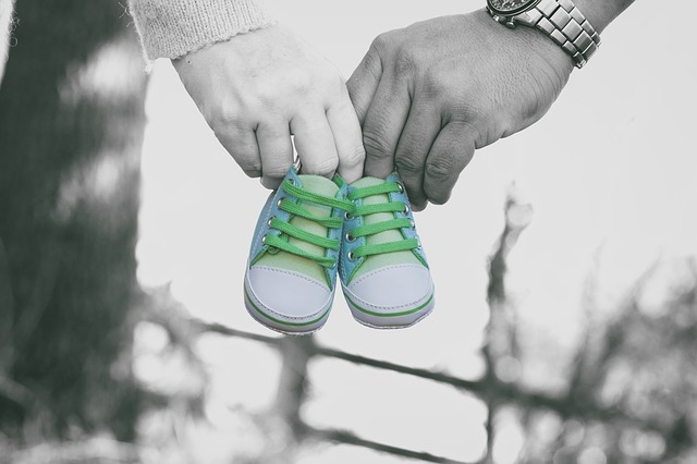 La edad de ser madre se retrasa por los problemas para conciliar y los salarios bajos