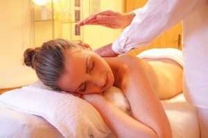 mujer recibiendo un masaje para hablar de regalos de belleza