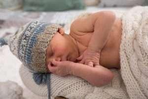 recién nacido con gorrito para hablar de aspecto del recién nacido