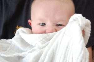 bebé tapándose con un trapo blanco para hablar de la vista del bebé