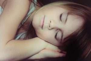 niña tumbada dormida sueño infantil fiebre