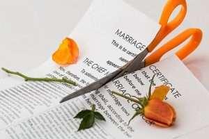 tijera rompiendo papel para hablar de divorcio cuando hay hijos