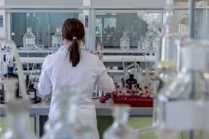 mujer en laboratorio para hablar de que quironsalud hará pruebas para ver problemas de fertilidad