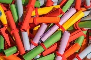 papelitos de colores atados para hablar de sorteos en mujer y madre hoy