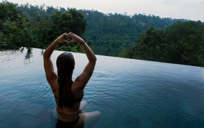 8 ejercicios en la piscina que te ayudarán a mantenerte en forma en verano