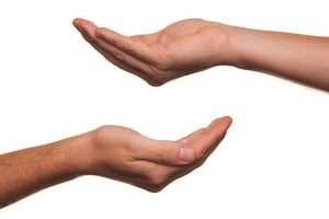 imagen de dos manos una que da y otra que recibe para hablar de Cómo donar el cordón
