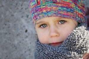 foto de un niño abrigado con gorro y bufanda para hablar de prevenir infecciones respiratorias en niños y protegerse del frío extremo
