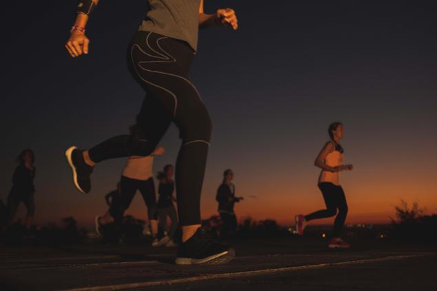 mujeres corriendo carrera deporte