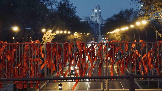 Lazos rojos para pedir que no se olvide el VIH