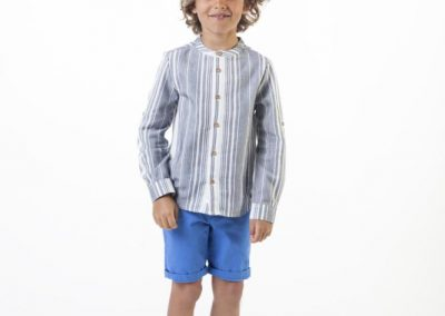 Conjunto de camisa cuello mao (45 €) y bermuda celeste (35 €), talla 3 a 12 años, de Carrement Beau.