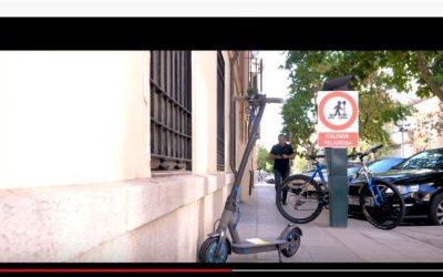 Tráfico prepara una ley que prohíbe aparcar patinetes y bicis en las aceras
