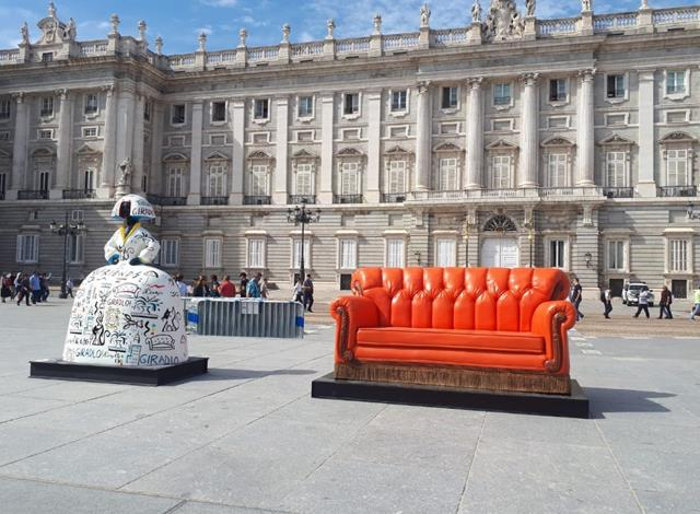 sillon friends frente a palacio real