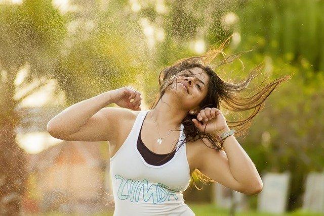 mujer bailando y cantandoo deporte
