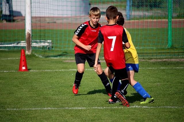 niños jugando al fútbol, deporte