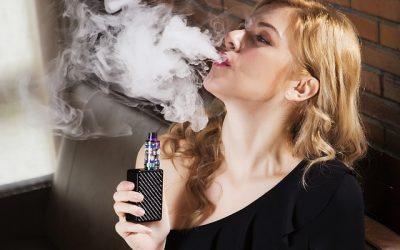 Sanidad alerta sobre el riesgo de fumar o vapear durante la pandemia de COVID-19