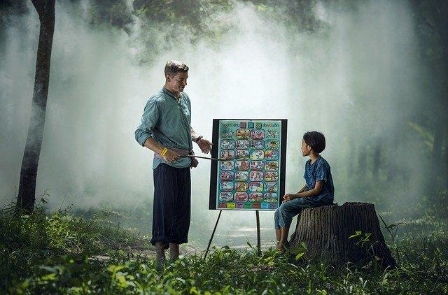 profesor enseñando cole