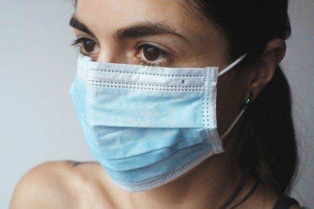 mujer con mascarilla coronavirus