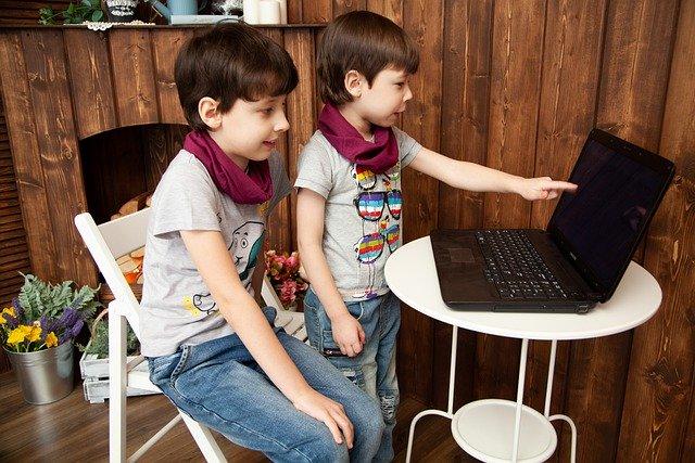 niños ordenador pantallas